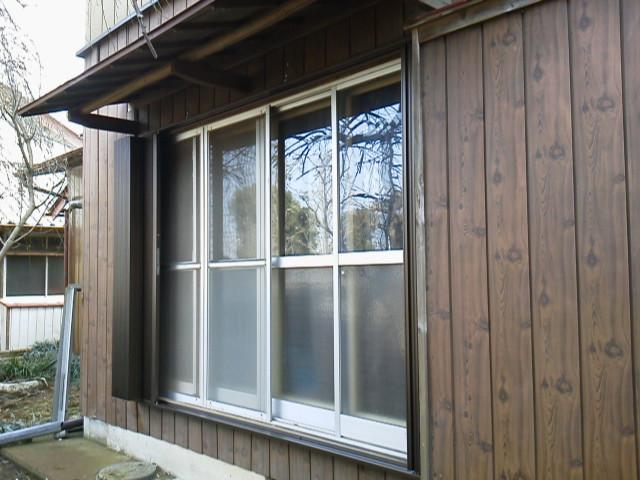 オープン右手前に既設雨戸戸袋、左奥に新設シャッター収納